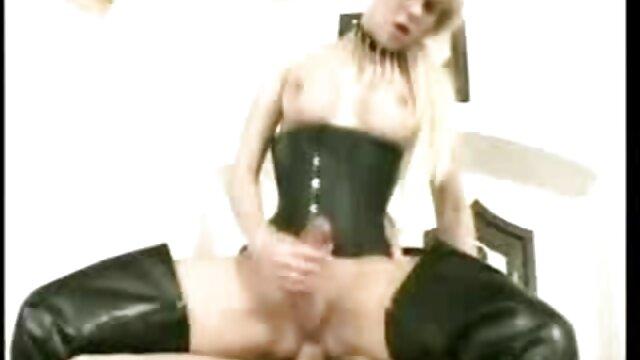 Hot Lady baila y juega maduras tetonas calientes su coño con un consolador