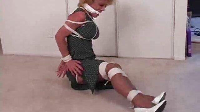 ¡La rubia gruesa Nina Kayy abofeteada y tocada por la milf Sara Jay! videos xxx de viejas calientes