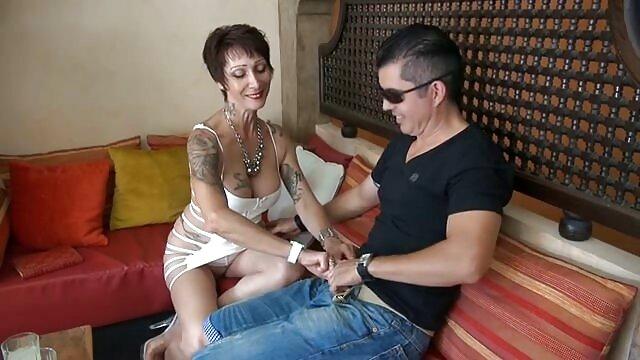 LOS CONSOLADORES - Trío caliente con la adolescente maduras calientes y peludas Sofi Goldfinger