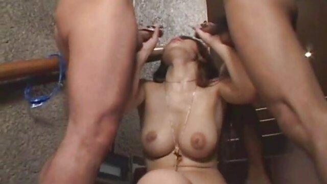 Esposa vive su fantasía con dos BBC maduras calientes videos caseros en la habitación del hotel.