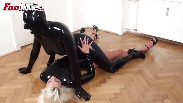 Coño amateur lindo lamido y golpeado en maduras calientes en webcam un trío sensual