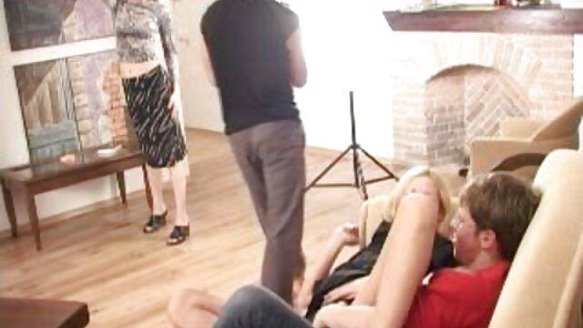 Zlata Oduvanchik nada con un top rosa señora gorda caliente y se desnuda